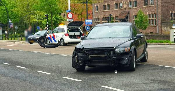 Botsing tussen twee auto's in Enschede.