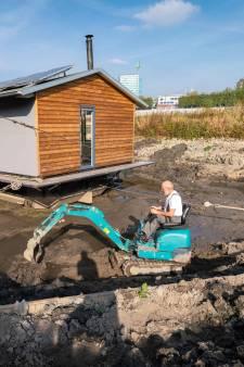 Hoe een woonboot langs de Rijn in Arnhem verandert in een stacaravan
