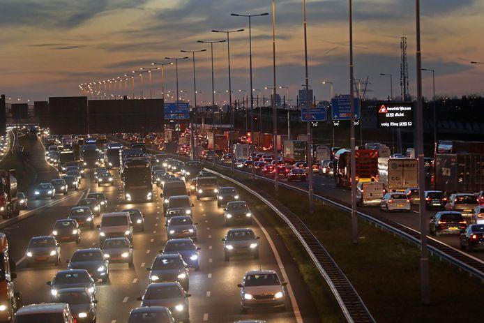 De A4-Zuid haalt heel veel verkeer van de vooral in de spits vastlopende A15 richting Spijkenisse en Rozenburg. Inzet: de route hoe de A4-Zuid zou moeten lopen.