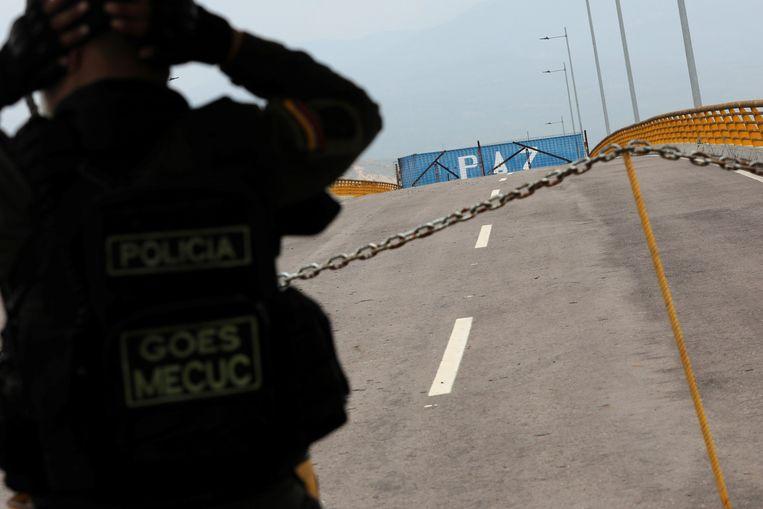 Een container is op een weg bij de grens met Colombia geplaatst om de Amerikaanse noodhulp voor Venezuela te blokkeren.  Beeld REUTERS