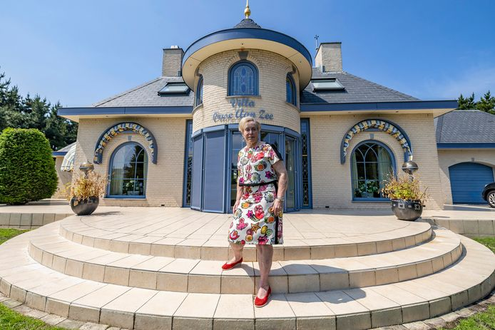 Bea van der Sar liet 'Villa Oase Aan Zee' bouwen samen met haar man Gert. Nu is het huis te groot geworden voor het stel en staat een van de meest excentrieke huizen in het Westland te koop.