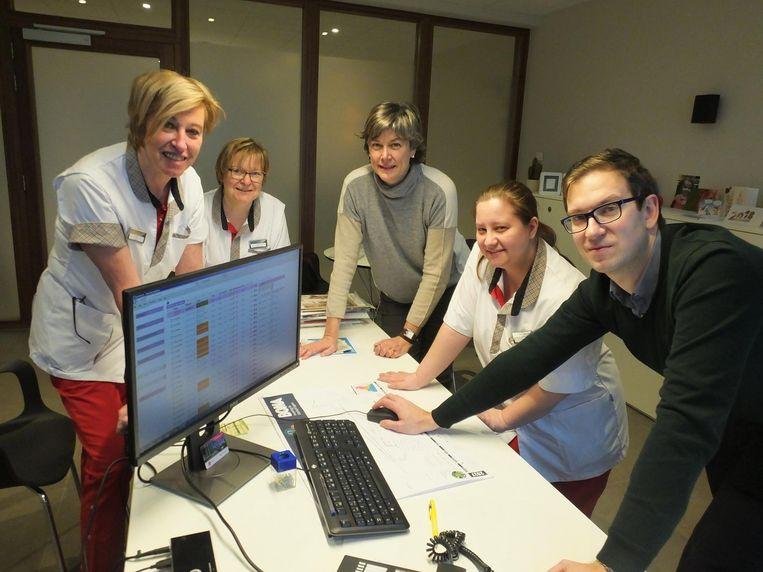 Tine Lippens, Katrien Vliege en Lien Van Beversluys met OCMW-voorzitter Conny De Spiegelaere en directeur Koen Dierick.