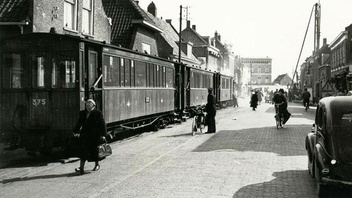 De stoomtram in de Voorstraat circa 1940. Jaco en Antje Zwarenstein werden met deze tram afgevoerd naar Rotterdam.