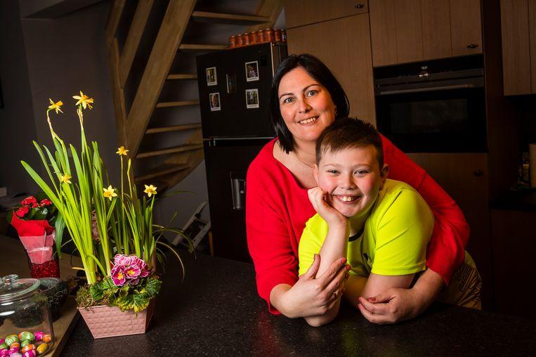 Mama Kim De Putter en zoon Liam Marynissen. Beeld Gregory Van Gansen / Photo News