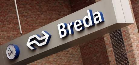Wachtruimte voor reizigers met internationale bus bij station Breda