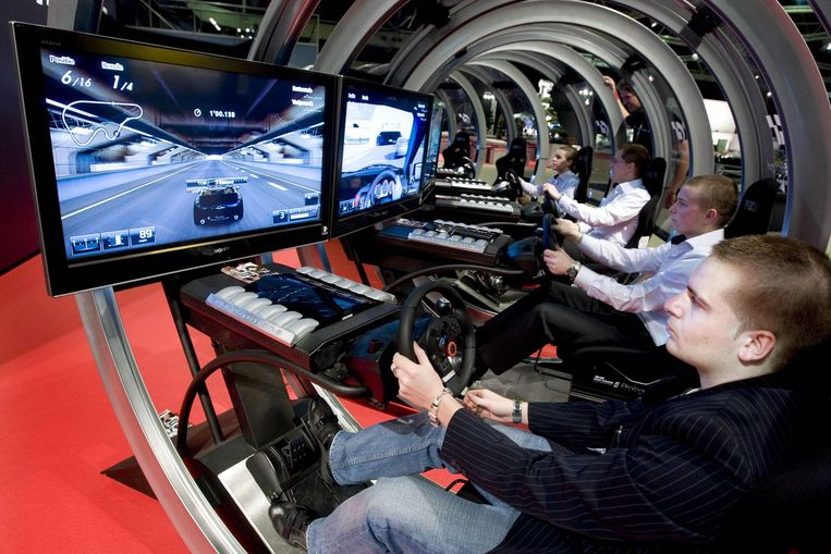 Zelf racen met Playstation in je favoriete auto op de AutoRai 2009. Heel watimporteurs hebben afgezien van deelname dit jaar, wegens de slechte economie. Foto GPD/Evert Elzinga Beeld