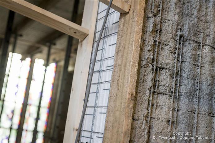 Piepschuim met bewapening wordt versterkt met mortel. Deze bouwmethode maakt het mogelijk wanden haarfijn aan te laten sluiten op ornamenten en metselwerk van de oorspronkelijke muren en pilaren.