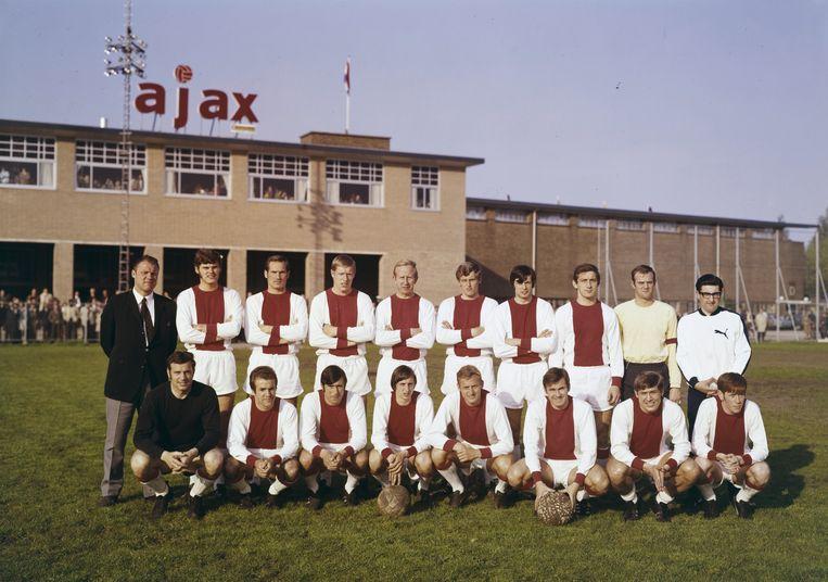 Het grote Ajax in 1968. Verzorger Salo Muller staat helemaal rechts op de achterste rij. Beeld Ajax Erfgoed
