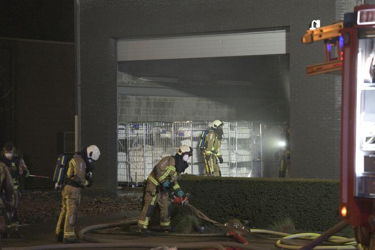 De brandweer blust een dakbrand in het wassalon aan de Leugenberg in Ekeren.