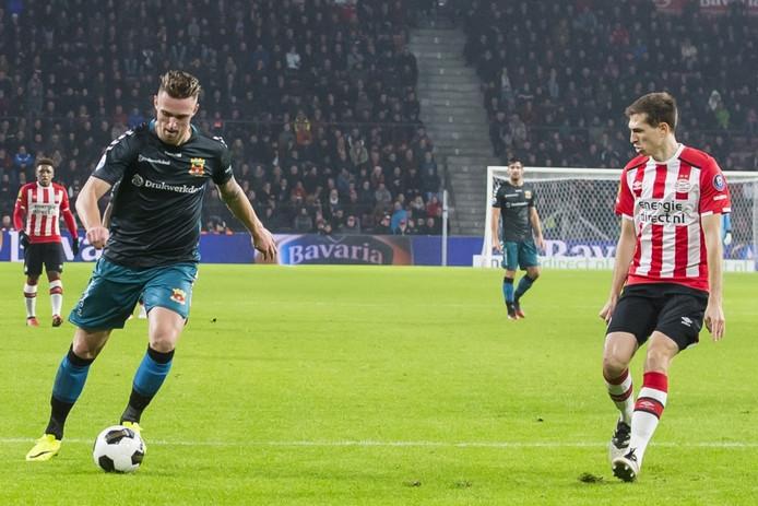 GA Eagles speler Leon de Kogel (l) probeert PSV speler Daniel Schwaab (r) voorbij te komen