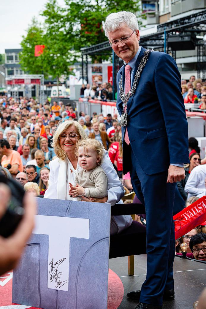 Burgemeester Theo Weterings verrast Corry Konings met een tegel in de Walk of Fame.