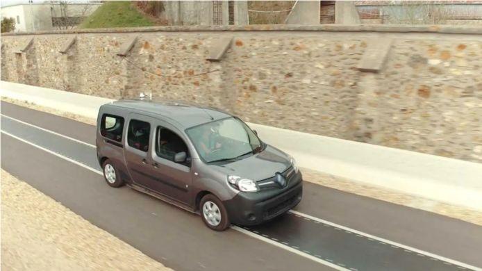 Inductieladen: Renault experimenteerde er eerder al mee. De auto laadt dan op door over de strip in het wegdek te rijden.