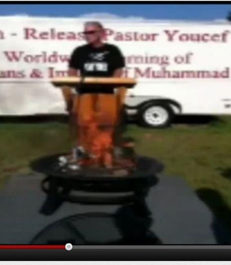 Un pasteur brûle des Corans contre la détention d'un chrétien