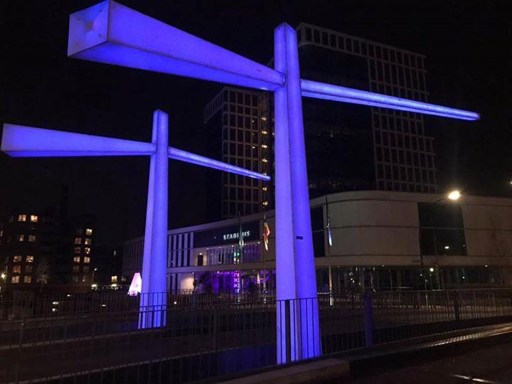 De Egbert Gorterbrug is deze zondagavond paars gekleurd.