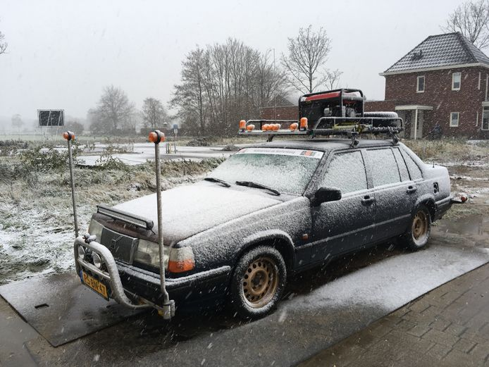 De oude Volvo 940 waarmee Hans Driessen uit Groesbeek meedoet aan de Barrel Challenge om geld in te zamelen voor de stichting VlinderKind.