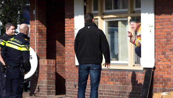 De politie houdt een verwarde man aan in Soesterberg