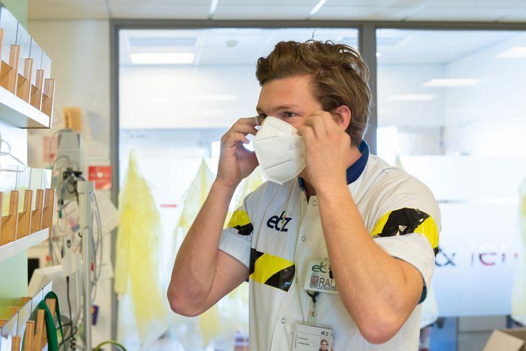 Verpleegkundige Ralf Steenbakker werkt al bijna drie weken onafgebroken.  Beeld ETZ /  Maria van der Heyden