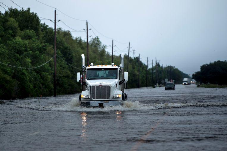 Vrachtwagens op de hoofdweg naar de chemische fabriek in Crosby, Texas waar een explosie en brand dreigen. Beeld afp