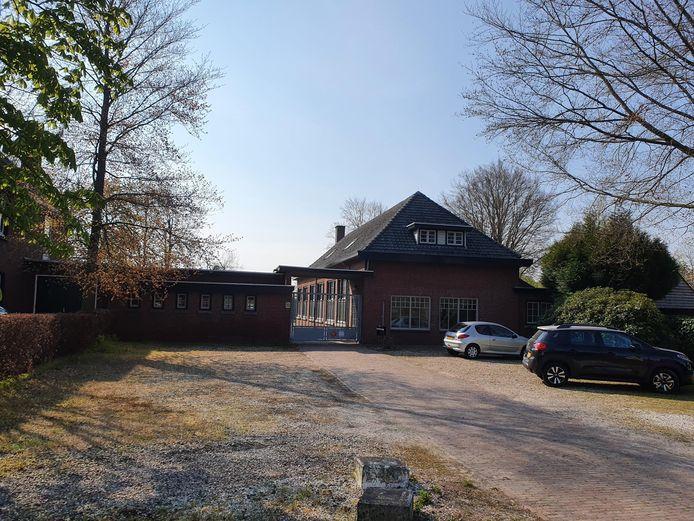 De oude St. Servatiusschool, jongensschool aan de Provincialeweg 13 in Westerhoven, voorheen tentenatelier Rogubein
