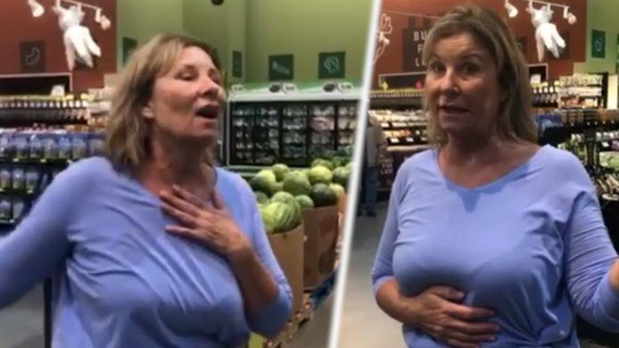 De vrouw hoest bewust in de richting van andere mensen in de winkel.