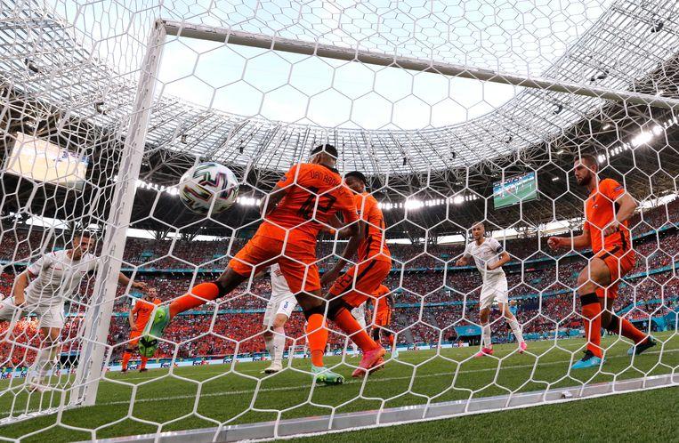 Tsjech Thomas Holes schiet de bal in het net: 0-1.  Beeld REUTERS
