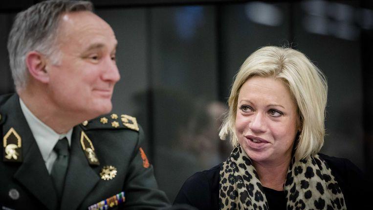 Minister Jeanine Hennis van Defensie (rechts) en Commandant der Strijdkrachten Tom Middendorp Beeld anp