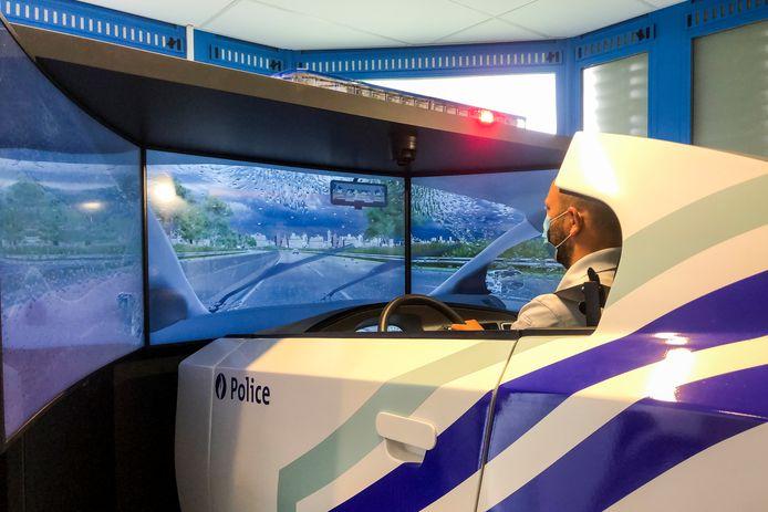Een politieman oefent zijn rijvaardigheid in de simulator.