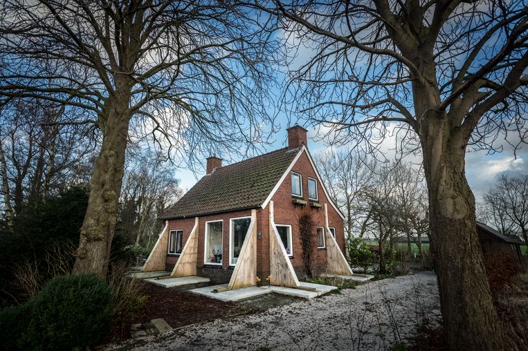 Een huis in het Groningse Lageland is ernstig beschadigd door de aardbevingen. Beeld Hollandse Hoogte / Kees van de Veen