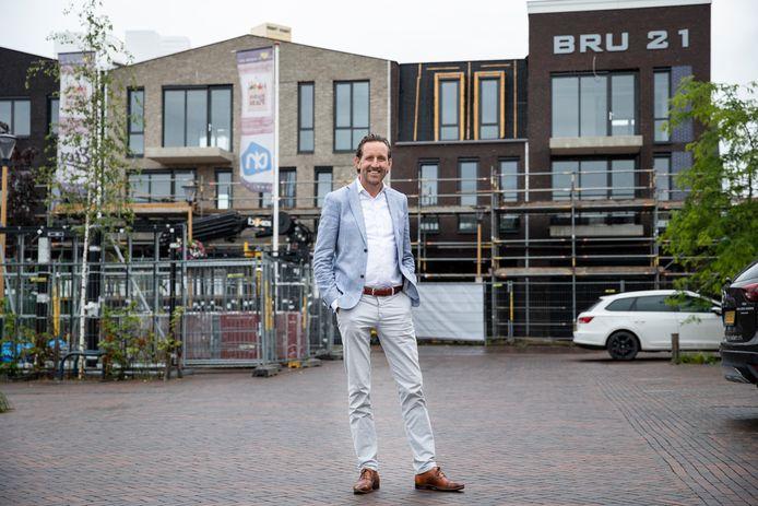 Roberto van Veldhuizen voor zijn nieuwe winkel- en appartementencomplex in Bruinisse.