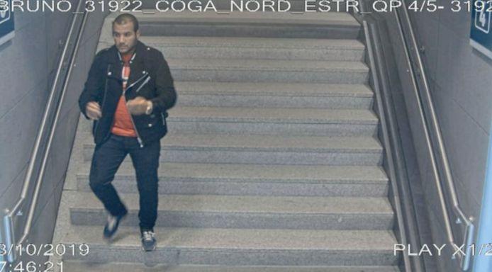 Les images des caméras de surveillance montrent clairement comment l'auteur a erré autour de l'aéroport pendant une heure et demie avant de finalement rentrer dans un train où sa victime se trouvait.