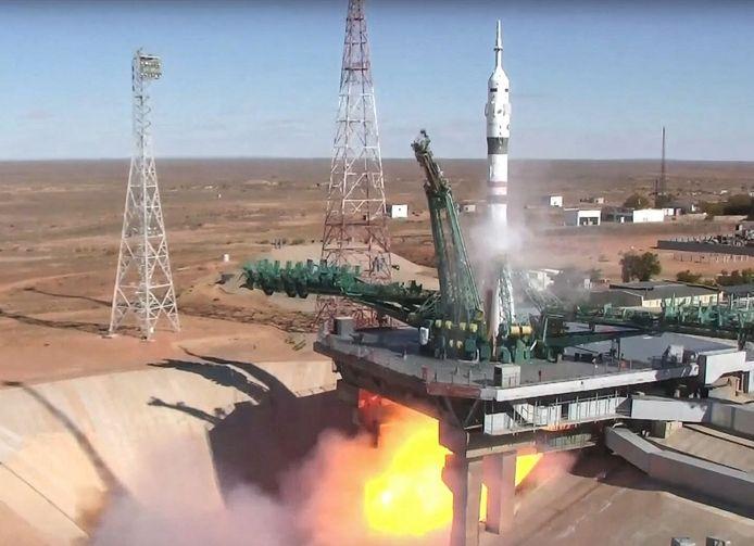 Cette photo prise et publiée le 5 octobre 2021 par l'agence spatiale russe Roscosmos montre le vaisseau spatial russe Soyouz MS-19 qui s'envole vers l'ISS depuis la rampe de lancement du cosmodrome de Baïkonour, au Kazakhstan.
