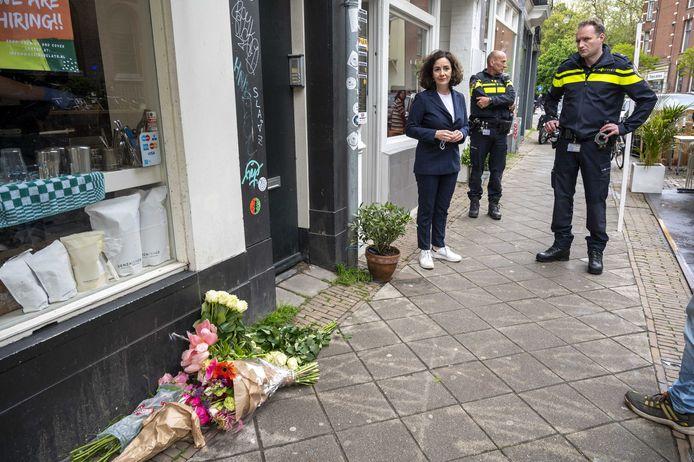 Burgemeester Femke Halsema bezoekt de plaats delict in De Pijp/
