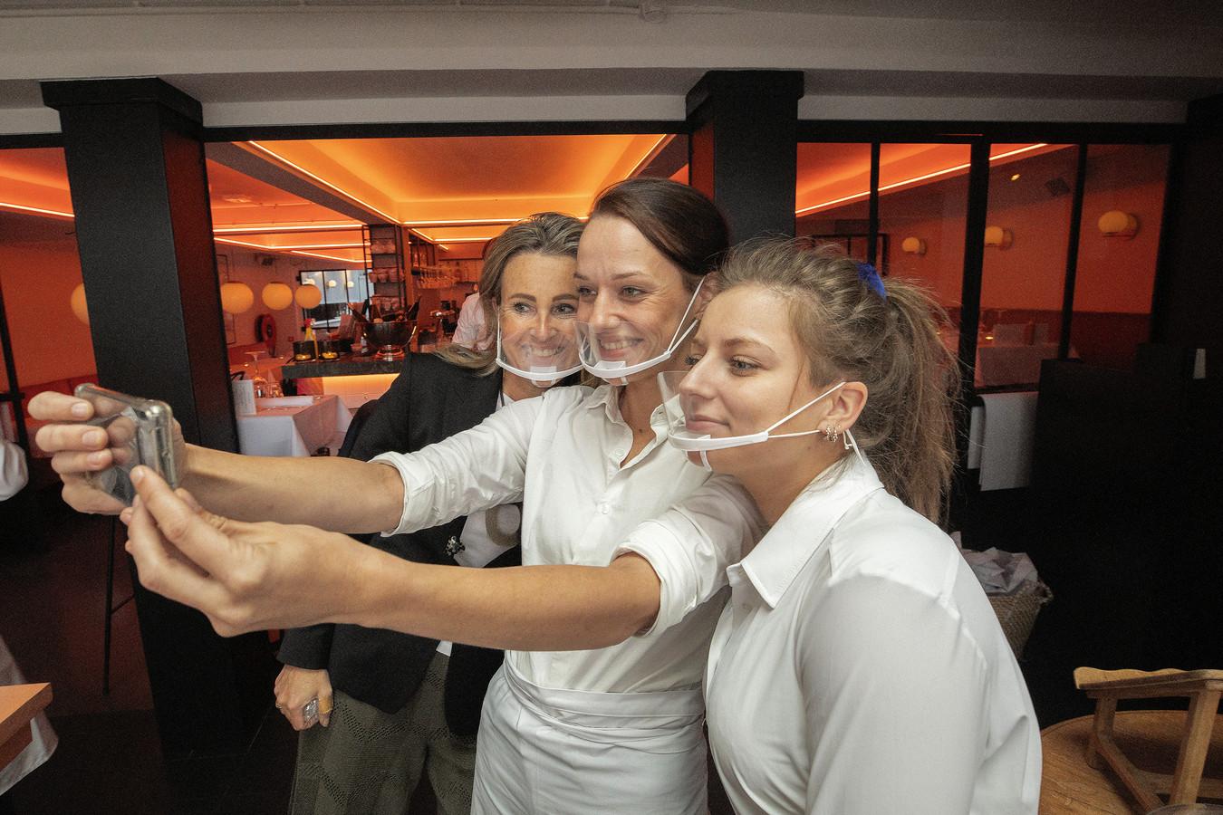 Bij Brasserie Bellevue aan de Kleine Berg in Eindhoven werkt personeel met transparante mondkapjes.