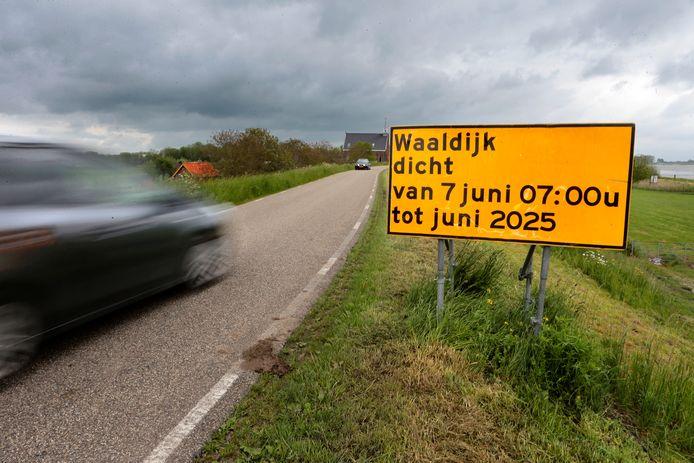 Een informatiebord langs de Waaldijk bij Vuren waarschuwt voor de afsluiting voor de dijkverzwaring.