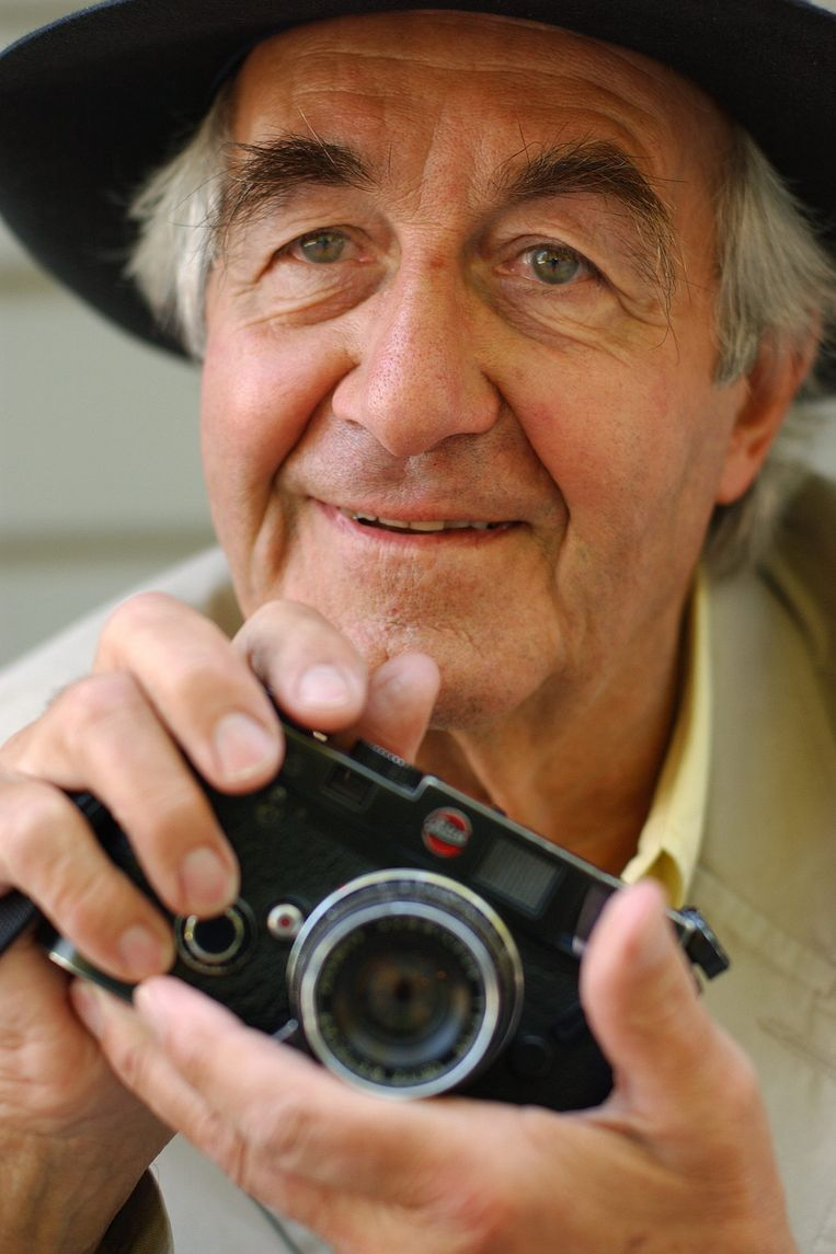 epa04455174 (FILE) A file picture dated 24 June 2004 shows Swiss photographer Rene Burri of the agency Magnum Photos posing at the Elysee museum in Lausanne, Switzerland. Rene Burri died on 20 October 2014 at the University Hospital Zurich after a long battle with cancer. He was 81.  EPA/SANDRO CAMPARDO Beeld EPA