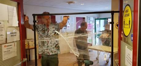 Plexiglas, stickers en pionnen: zo gaat de voedselbank in Leerdam weer open