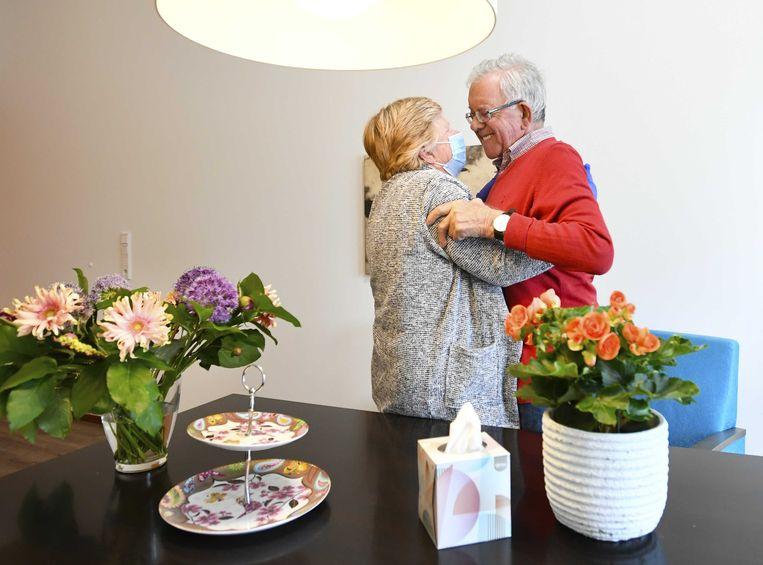 Een bewoner van verpleeghuis Honinghoeve van Stichting Waalboog krijgt bezoek van zijn vrouw. Het verpleeghuis deed mee aan een proef waarbij ouderen weer mondjesmaat bezoek mogen ontvangen.  Beeld ANP