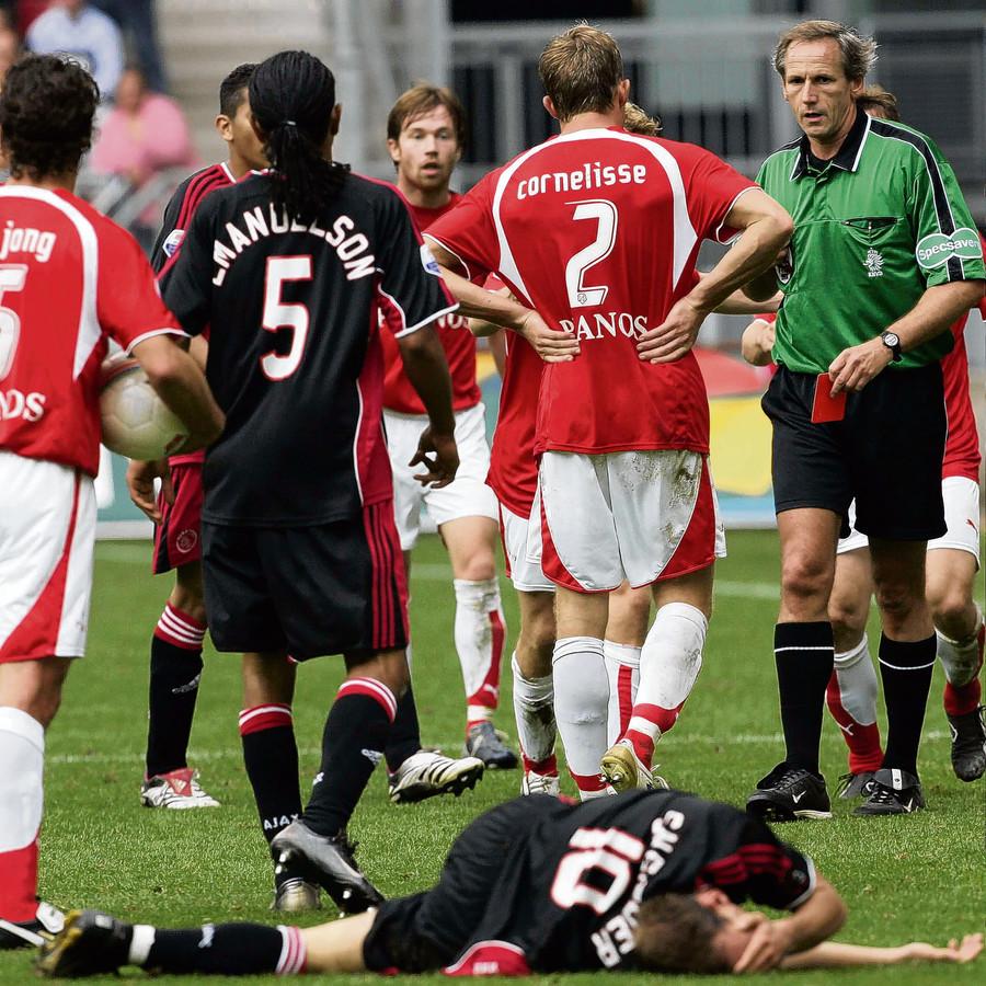 Wesley Sneijder ligt op de grond, arbiter Dick van Egmond heeft de rode kaart voor Gregoor van Dijk in de hand.