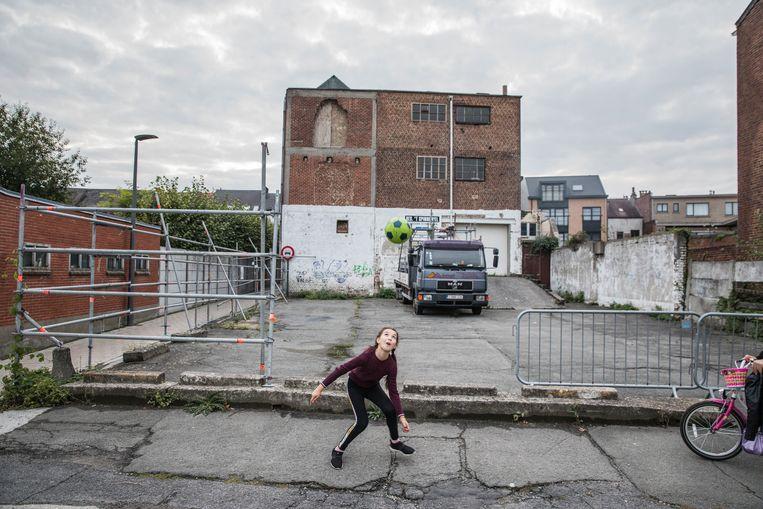 De vzw Safadender kocht deze oude breigoederenfabriek en wil er na renovatie een ontmoetingscentrum van maken. Het gemeentebestuur zei nee tegen de gevraagde vergunning.  Beeld Aurélie Geurts