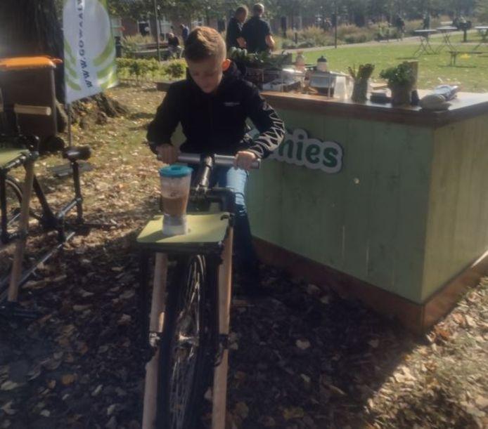 Pepijn Verduyn maakt fietsend een smoothie.