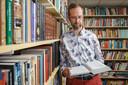 Marten Visser leest in zijn bieb.