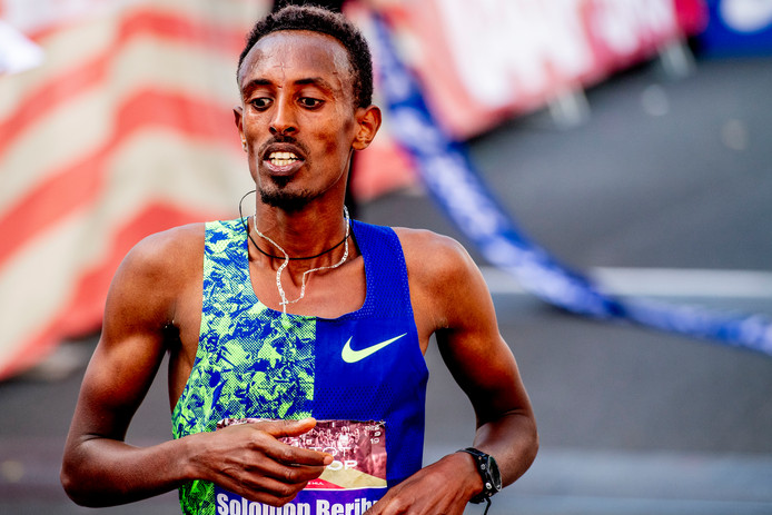 Solomon Berihu gaat als winnaar over de streep.