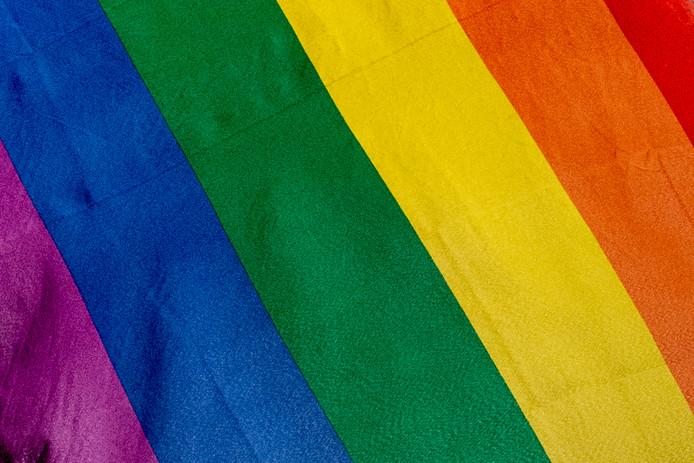 ROTTERDAM - regenboogvlag op  rotterdam , Rotterdam hijst regenboomvlag als protest tegen omstreden Nashville-verklaring Rotterdam heeft vanochtend de regenboogvlag gehesen op het stadhuis als protest tegen de Nashville-verklaring, het Amerikaanse manifest waarin christenen homoseksualiteit afwijzen. regenboogvlag homo , een regenboog vlag regenboogvlag homo , homo; homo ., homo's . geweld, homooutfit, regenboogvlag, Varen