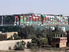Blokkeerschip Suezkanaal blijft aan de ketting