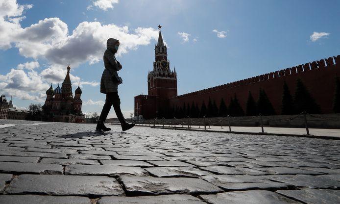 Une femme marche sur la place Rouge à Moscou, le 20 avril 2020.