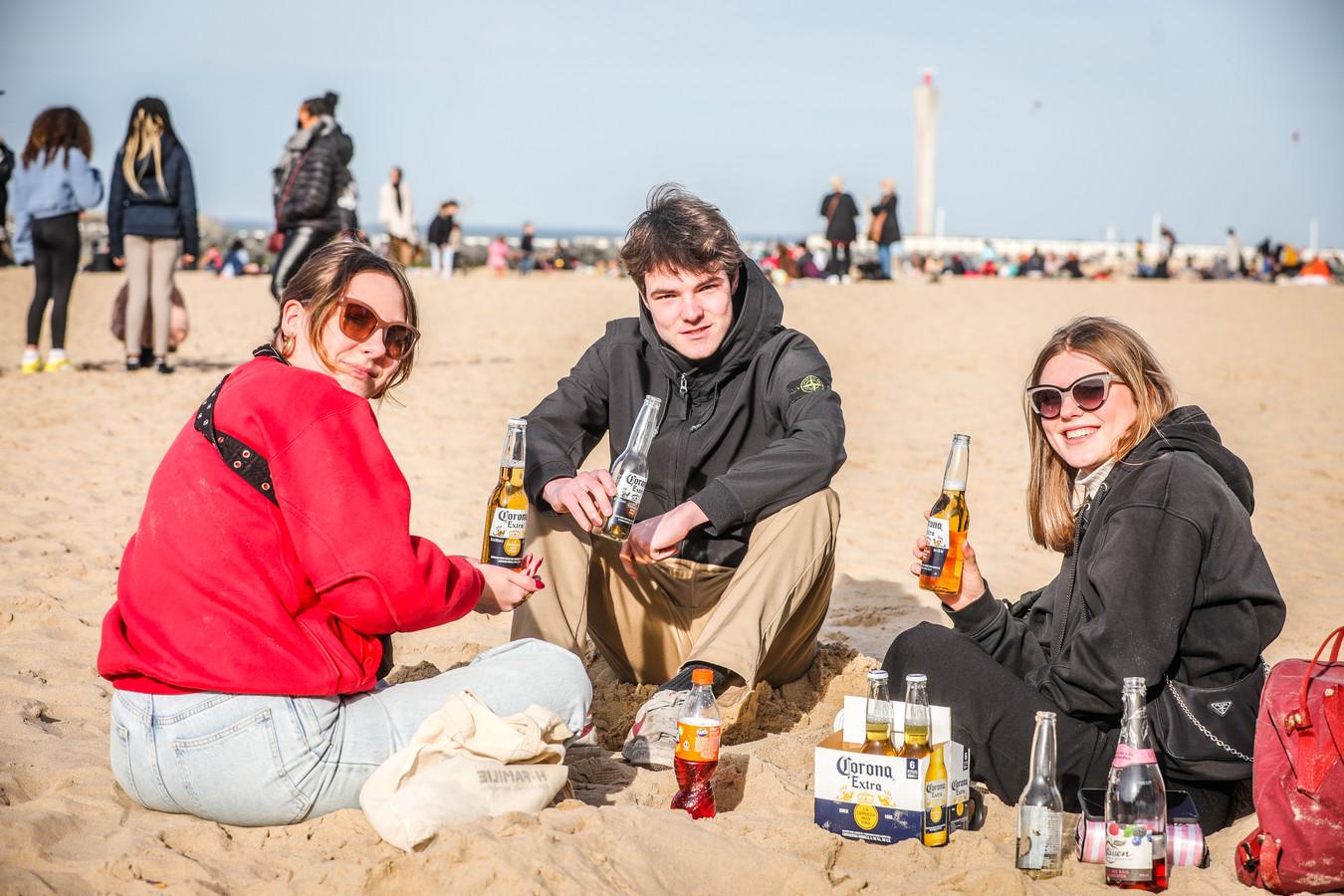 """Une """"Corona"""" sur la plage, est-ce une gifle envers les bars et restaurants toujours fermés ou un pied de nez à la crise sanitaire qui nous enferme depuis trop longtemps? Certains ont en tout cas profité du week-end sans contrevenir aux mesures"""