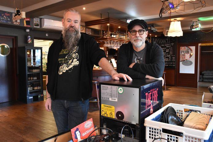 (links) Jean-Pierre Donkers en Ruud Gerrits van De Backstage Barberpub in Mierlo zijn hun pand aan het leegruimen.