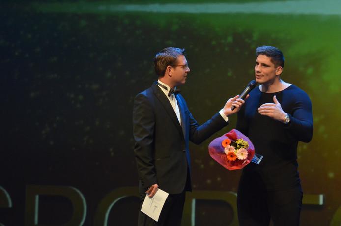 Presentator Doniek Franken in gesprek met Rico Verhoeven. Hij kreeg de oeuvre-prijs.