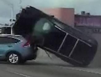 Wilde politieachtervolging eindigt met spectaculaire crash op snelweg