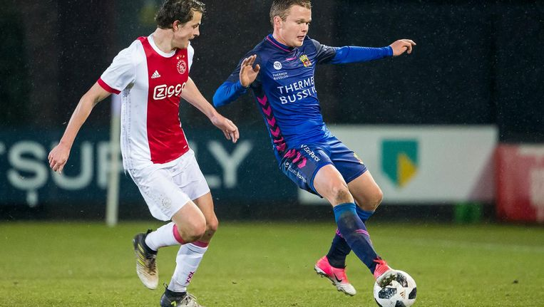 Jong Ajaxspeler Leon Bergsma in duel met GA Eaglesspeler Pieter Langedijk Beeld Pro Shots/ Erik Pasman